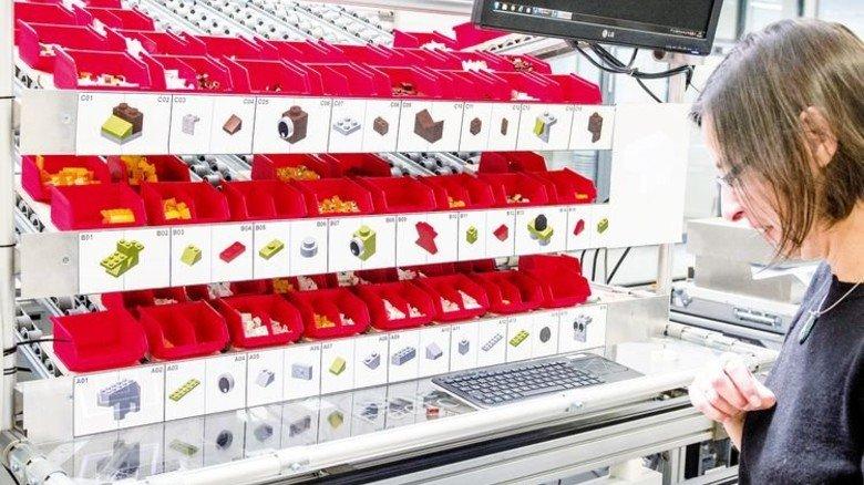 """Nachschub für die Hightech-""""Produktion"""": Alle Maschinen sind via Internet vernetzt. Foto: Roth"""