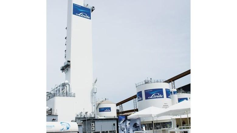 """Langer Lulatsch: Die """"Coldbox"""" des Luftzerlegers von Linde ist 62 Meter hoch. Foto: Werk"""