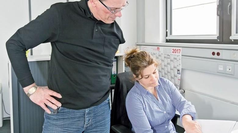 Integriert: Der Betriebsrat mit einer Kollegin bei der Arbeit. Foto: Mierendorf