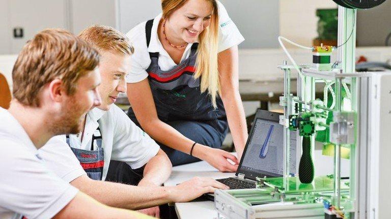 Smarte Fertigung: Azubis von Schaeffler bauen in einem Projekt ihren eigenen 3-D-Drucker. Foto: Werk