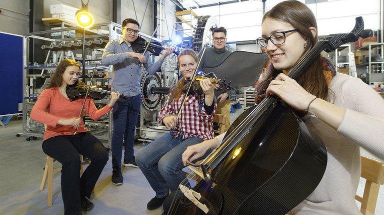 Probe in Aachen: Cellistin Clara Evers und Bratschistin Svenja Borgmann (links), dahinter der Kontrabass-Entwickler Hans- Christian Früh.