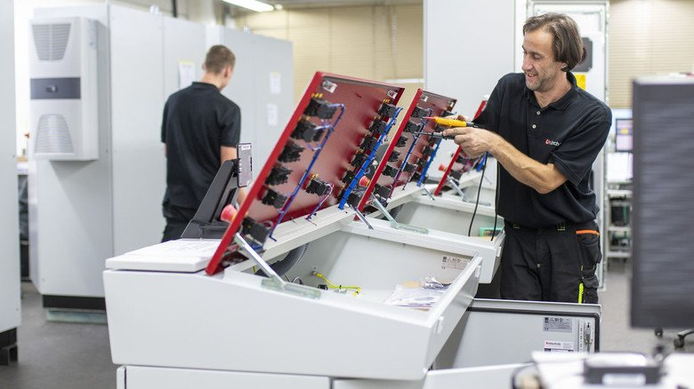Funktionskontrolle: Björn Dohrmann prüft, ob das Bedienpult einer Maschine für die Logistik richtig funktioniert.