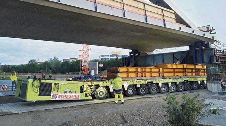 Spektakuläre Aktion: Eine neue Brücke an der A8 rollt an ihren Platz.