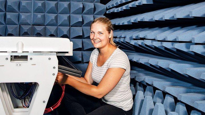 Junge Fachkraft: Katharina Vodermaier (hier im Messlabor) kennt sich mit Antennen und Metall aus.