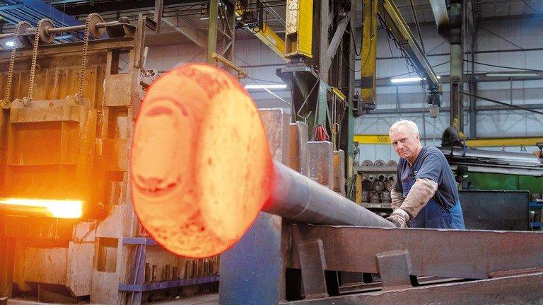 """Andreas Giesbrecht mit einem """"Riesen-Lolli"""": Solche Stahlteile geben zum Beispiel einer Spundwand sicheren Halt."""
