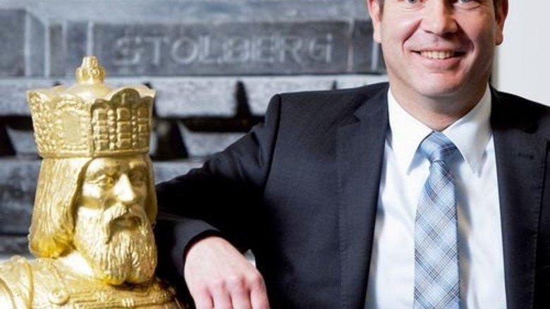 Echtes Gold: Geschäftsführer Urban Meurer mit Kaiser Karl dem Großen. Foto: Moll