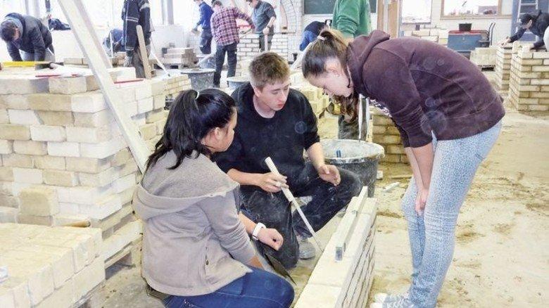 Anpacken: Die Jugendlichen können viele Berufe ausprobieren. Foto: KBOP