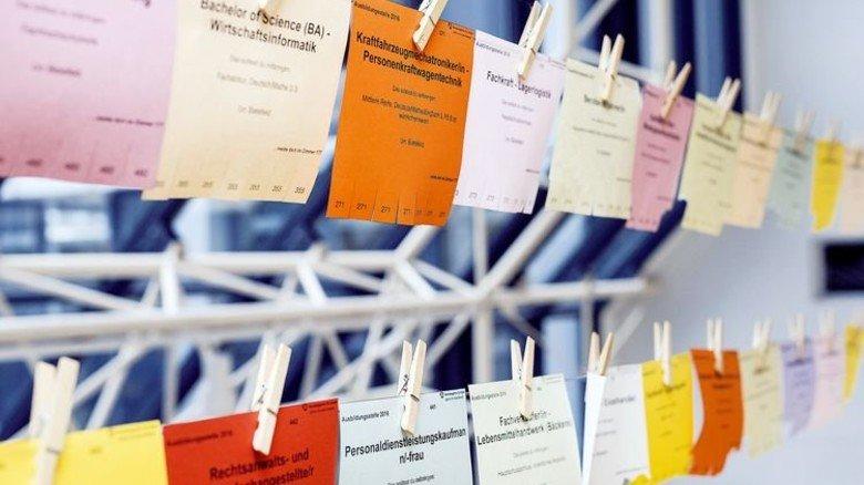 Ran an den Nachwuchs: Stellenangebote in einem Bielefelder Job-Center. Foto: Imago
