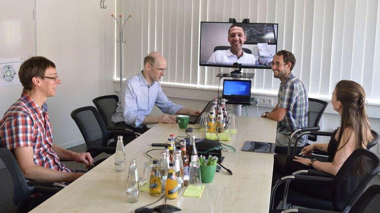 Teambesprechung bei enercast in Kassel: Daten von Kunden aus 20 Ländern werden analysiert.