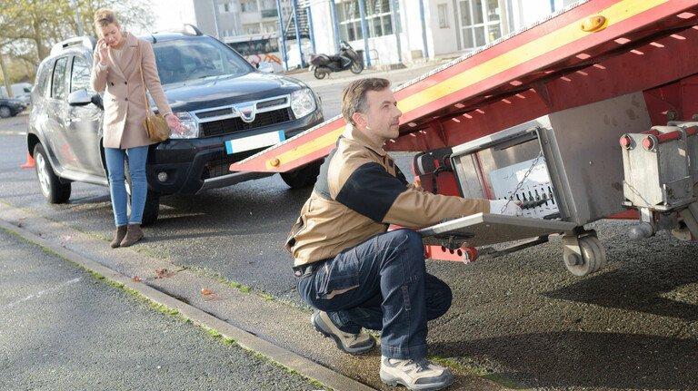 Pannenhelfer: Eine der wichtigsten Leistungen, die in einem Kfz-Schutzbrief stecken, ist das Abschleppen eines defekten Autos.