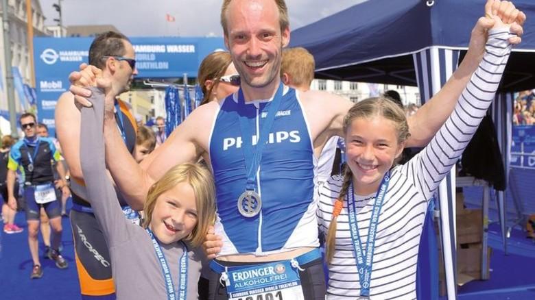 … auf den letzten Metern begleitet von Tochter Lotte und Sohn Till. Foto: Augustin