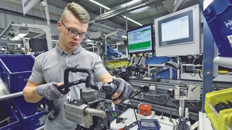 Montage-Arbeitsplatz: Felix Schmidt stattet Standheizungen mit Anbauteilen aus, etwa mit Wasserschläuchen. Foto: Christian Augustin