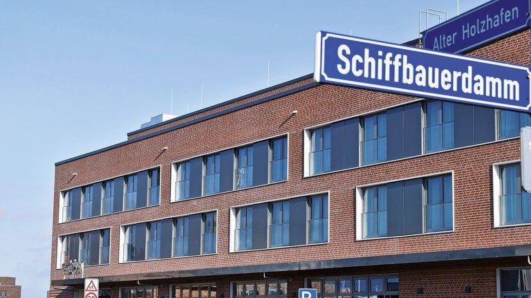 Der Straßenname ist Programm: Der ungewöhnliche Hotel-Neubau liegt am Hafen der Hansestadt Wismar direkt am Schiffbauerdamm.