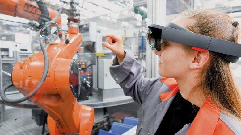Instandhaltung bei Viessmann: Mit der vernetzten Brille verschmelzen virtuelle und reale Arbeitswelt. Foto: Werk