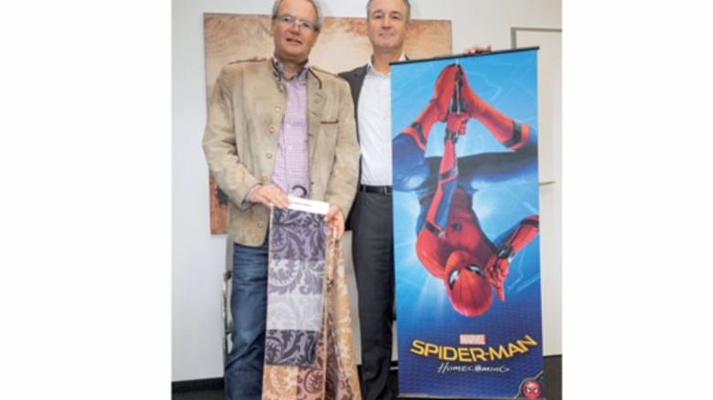 Produktauswahl: Frank und Dirk Hagemann (rechts) mit Dekostoffen und Werbebanner. Foto: Egbert