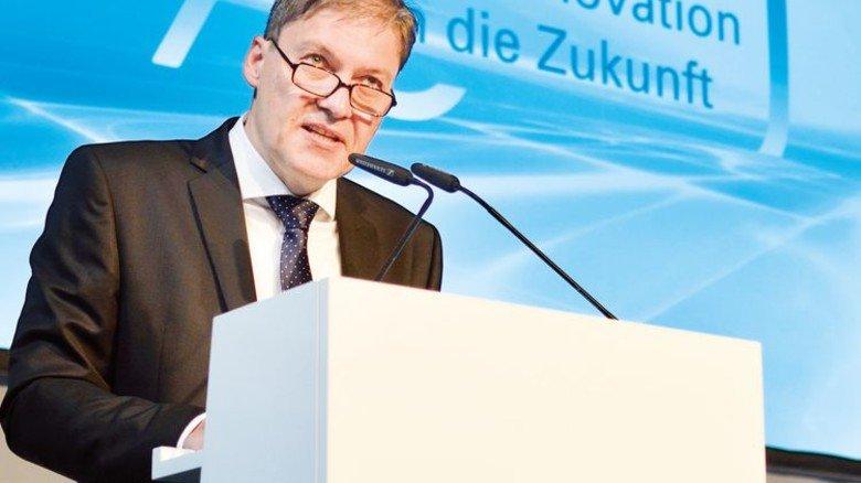 Auf der Bühne: Wolfgang Wiese, Jaeger-Geschäftsführer … Foto: Scheffler