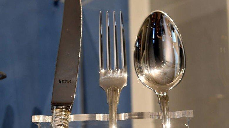 Edle Auswahl: Rund 2.500 verschiedene Besteckmuster kann die Silbermanufaktur Reiner in Krumbach realisieren. Foto: Weizenegger