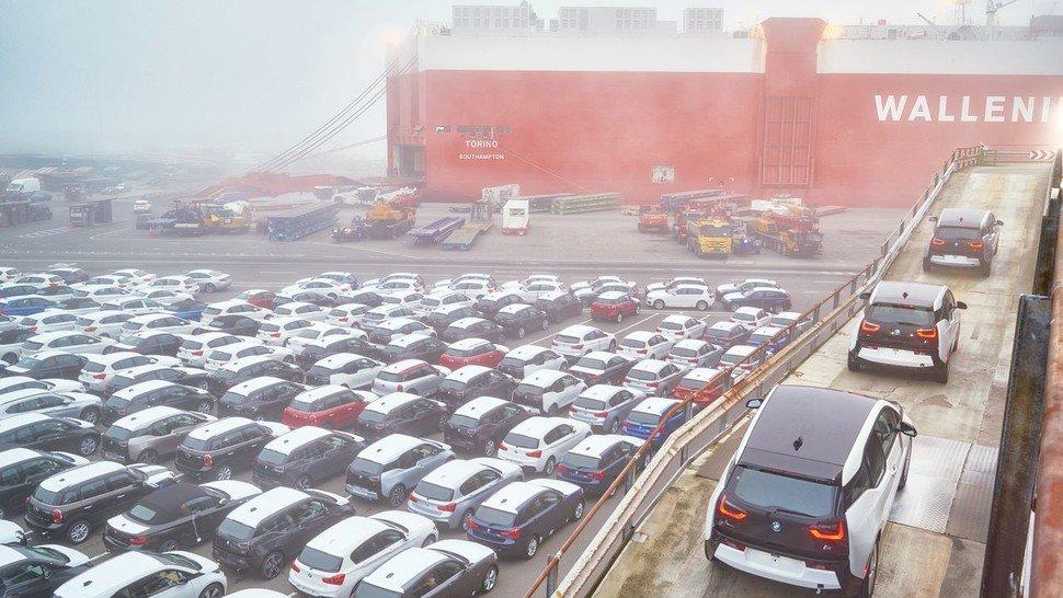 Große Warenströme: Verschiffung von BMW i3 in Bremerhaven.