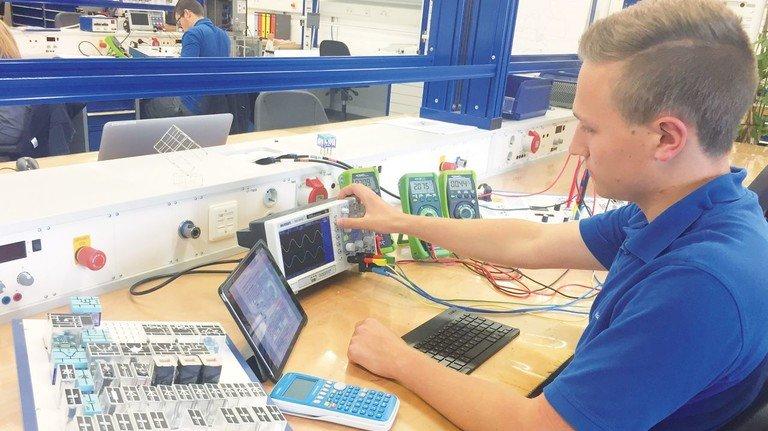 Prima Ausbildung: Angehender IT-Systemelektroniker bei der Maschinenfabrik Reinhausen in Regensburg.