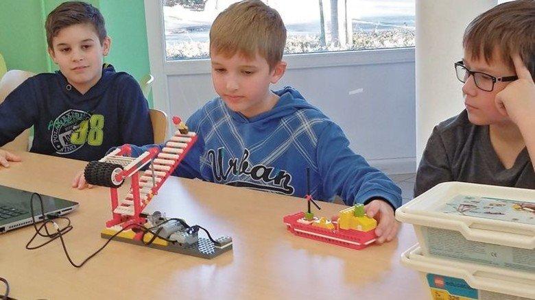 Stolze Konstrukteure: Fünftklässler testen ihre automatische Klappbrücke. Foto: Veranstalter
