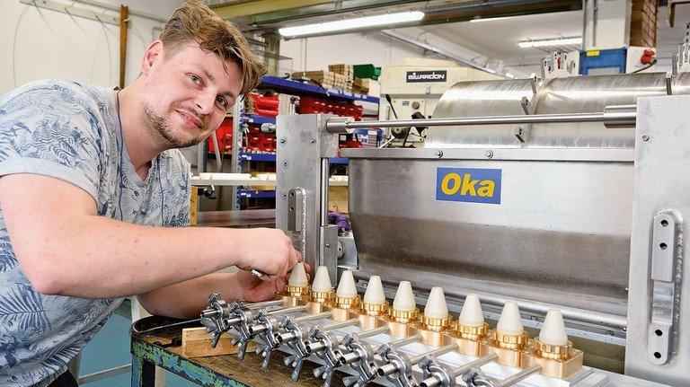Matthäus Dahlke, Industriemechaniker, bearbeitet Bauteile zum Spritzen von Schaumküssen.