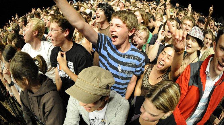 Jugendliche im Konzert: Für Popkonzerte sowie Sportveranstaltungen gibt es keine generellen Jugendschutz-Bestimmungen.