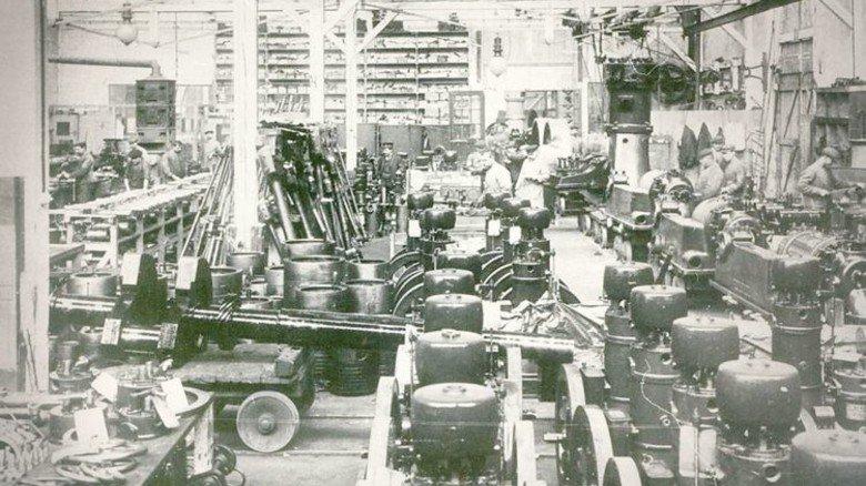 Zeitreise: Vor einem Jahrhundert sah es in der ersten Autofabrik von Carl Benz in Mannheim so aus. Foto: Werk
