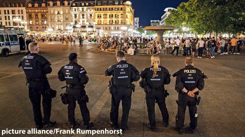 Polizisten in Frankfurt: Krawalle wie auf dem Opernplatz der Bankenstadt sind dennoch die Ausnahme. Allerdings eine schlagzeilenträchtige.