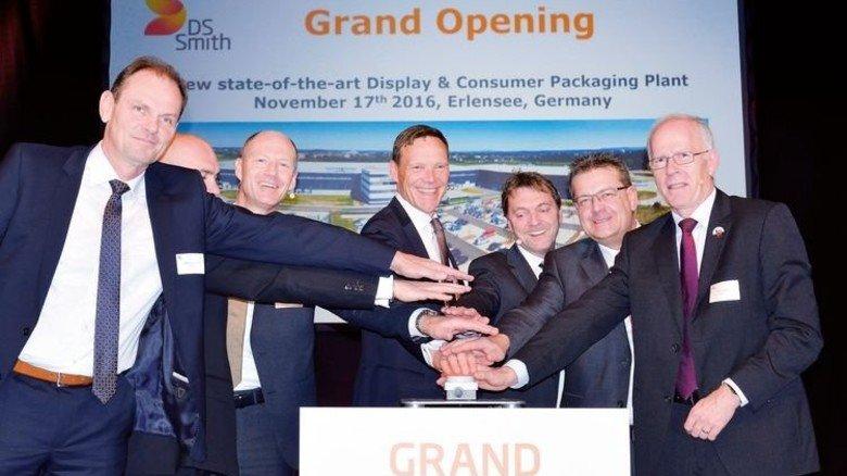 Eröffnung: Beim symbolischen Knopfdruck waren auch die Bürgermeister der beiden beteiligten Städte dabei. Foto: Scheffler