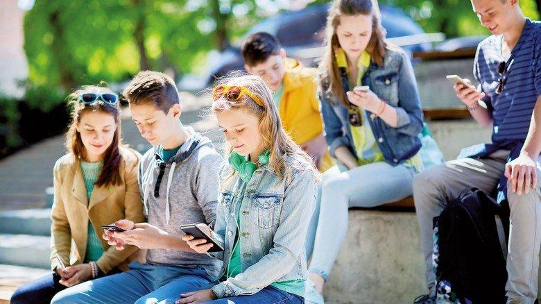 Generation digital: Ob posten, chatten oder streamen - viele Jugendliche hängen dauernd am Smartphone.
