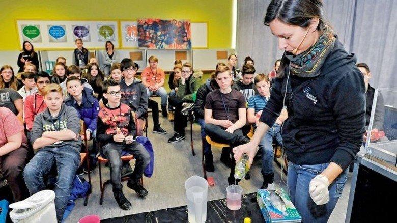 Im Klassenzimmer: Esra Mandaci führt durch die Science Show. Foto: Sigwart