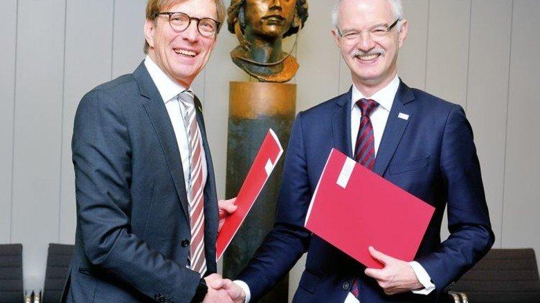 Vertragspartner: TU-Präsident Hans Jürgen Prömel (rechts) und Hessenmetall-Vorsitzender Wolf Matthias Mang. Foto: Scheffler