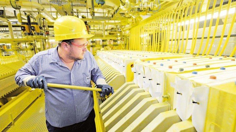 Arbeit in der Chemie – dazu muss man auch wissen: In 72Prozent der Chemie- und Pharma- Betriebe verschlingen die Arbeitskosten mehr als ein Fünftel des Umsatzes. Foto: Sigwart