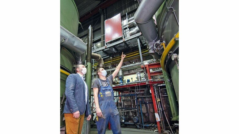 Massarbeit: Ronald Schmiemann von der Firma Exodraft (links) und Energiemanager Niklas Gerber vor den Abgaswärmetauschern bei Brüninghaus.