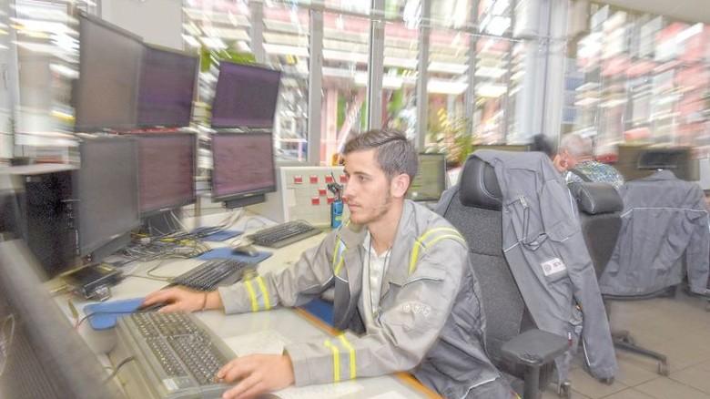 In der Leitstelle fließen die Daten aus der Computersteuerung und -überwachung der Anlage zusammen. Hier kann Sanchez auch deren Einstellungen ändern. Foto: Sandro