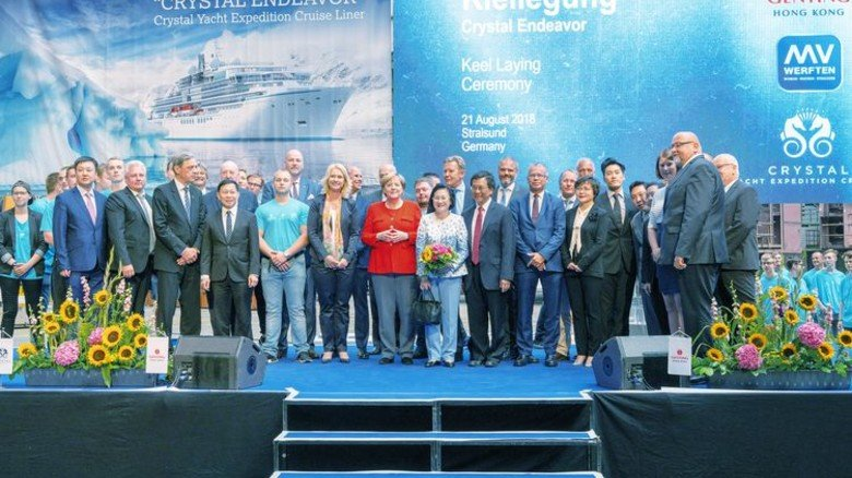 Historischer Augenblick in Stralsund: Bundeskanzlerin Angela Merkel mit den anderen Teilnehmern der Kiellegungsfeier von MV Werften. Foto: Sebastian Krauleidis/MV Werften