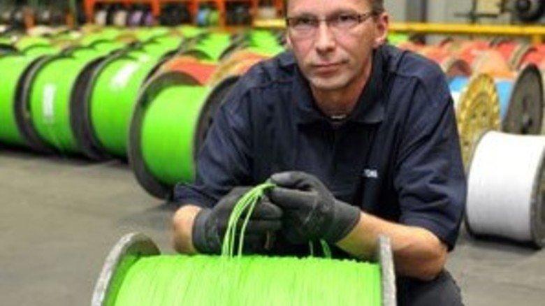 Alter Hase: Maschinenfahrer Werner Steinkamp fertigt täglich rund 200 Kilometer Spezialkabel. Foto: Bahlo