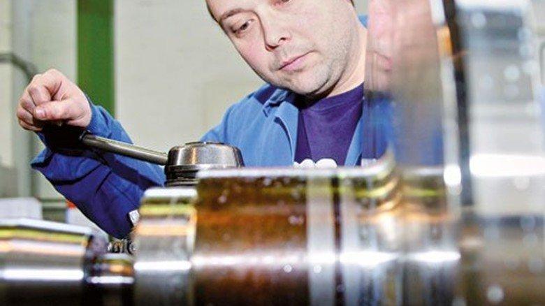 Produktion bei BMA: Sven Sindermann dreht einen Antriebszapfen. Foto: Huth