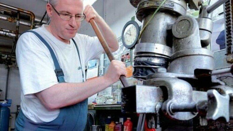 Feingefühl: Chemikant Steffen Gänger färbt Schuhcreme. Foto: Sturm