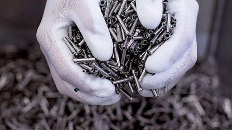 Kleinteile: Rund zwei Milliarden Stück verlassen monatlich das Werk. Foto: Schinski