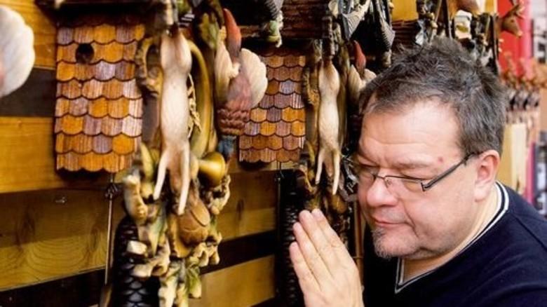 Konzentriert: Chefuhrmacher Martin Trenkle horcht, ob das Uhrwerk regelmäßig tickt. Foto: Eppler