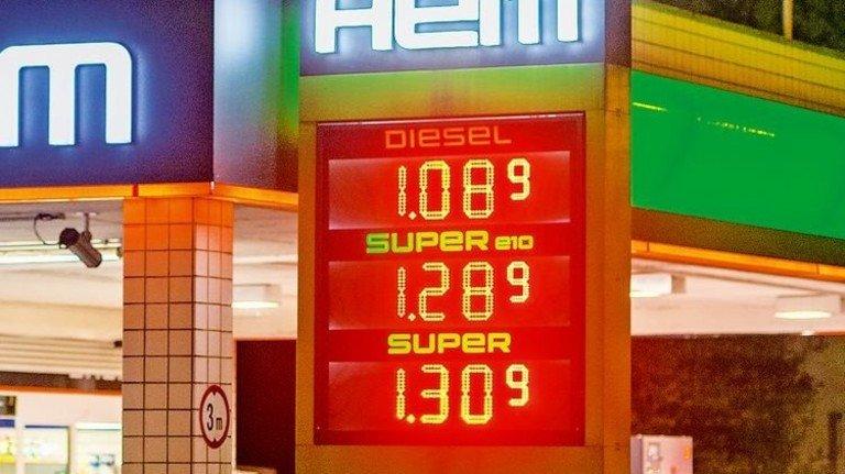 Sprit: Die Preise schwanken mehrmals am Tag. Foto: Straßmeier