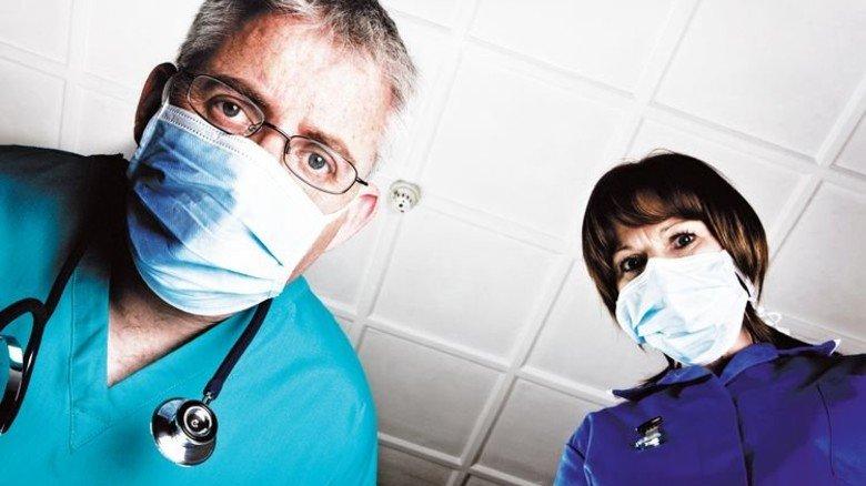 Prüfende Blicke: Ist die OP gelungen? Beim Gesundheitswesen dürften weitere Eingriffe nötig sein. Foto: iStock