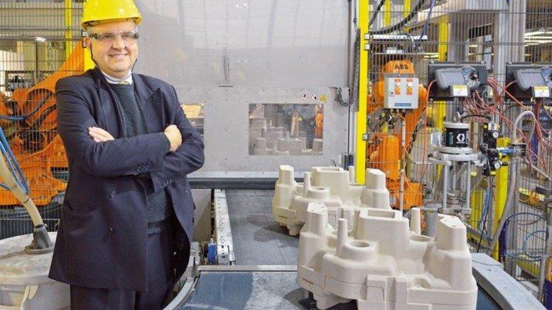 Mann mit Überblick: Christoph Hentzen am Band der automatischen Fertigung von Kernpaketen für Turbolader-Gehäuse. Foto: Scheffler