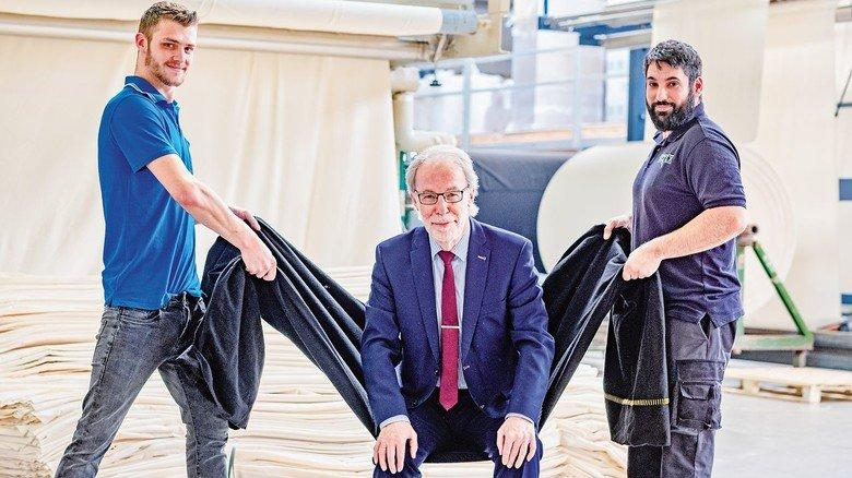 Verlässlich: Der Setex-Chef mit den Maschinenführern Robin Feldhaus und Cihan Bice (rechts).