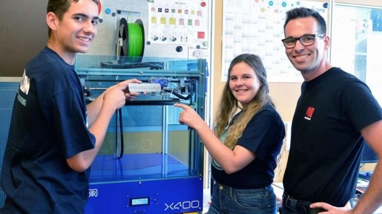 Am 3-D-Drucker: Die Horizont-Azubis Nils Grosche und Gea Scheele mit Ausbildungsleiter Guido Kersting. Foto: Scheffler