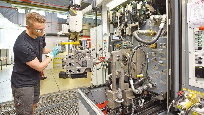 Hochdruck-Hightech: Danfoss-Mitarbeiter Chris Lochefeld hebt eine Pumpe auf den Prüfstand.