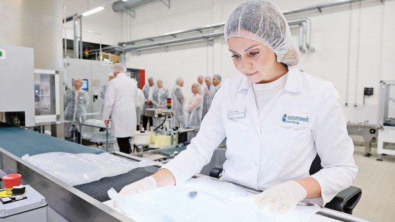 Große Sorgfalt: Mandy Teuchler demonstriert die Produktkontrolle. Foto: Deutsch
