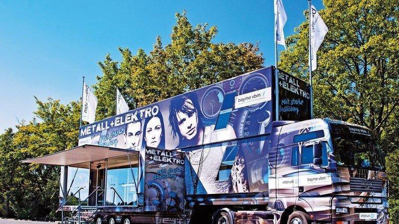 2004: Truck statt Bus. Die bayerischen Metall- und Elektroarbeitgeberverbände setzen erstmals einen Lkw ein. Er wurde mehrmals umgebaut. Foto: IW Medien