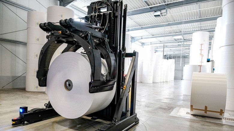 Automatisierung: Ein Transporter bringt mehr als zwei Tonnen schwere Papierrollen direkt bis zur Druckmaschine.